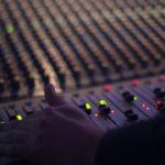 いくらベースアンプでいい音を出してもライブの外音では関係ない話